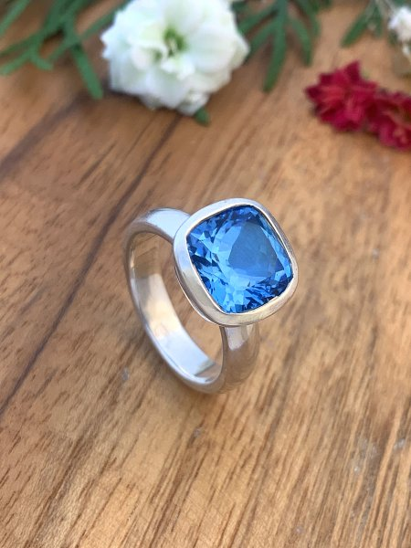 Blautopas Ring- TOP