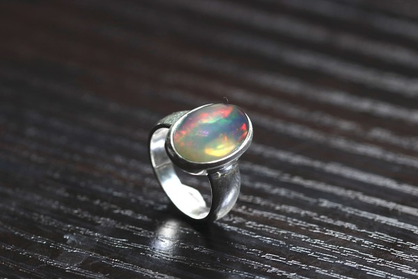 Top Welo Opal Ring